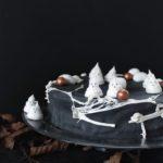 Opskrift på halloweenkage med abrikoser og vaniljecreme