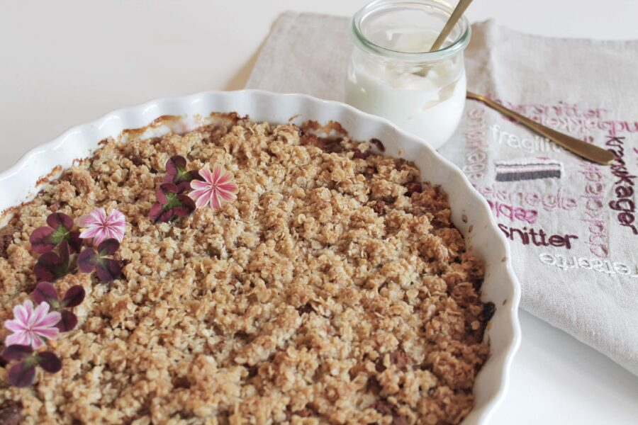 Rabarbercrumble med lakrids marcipan