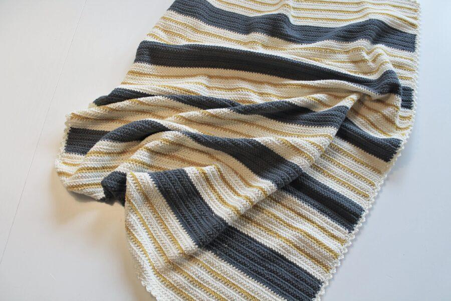 Hæklet stribet babytæppe