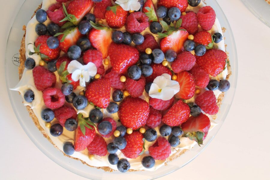 Glutenfri kage med flødecreme og bær