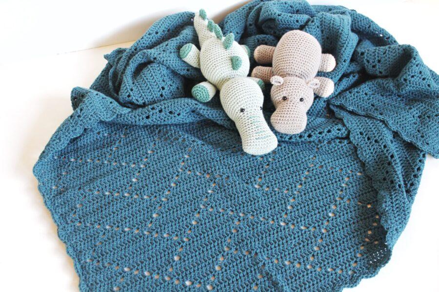 Hæklet babytæppe og krammedyr